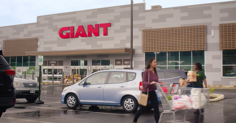 The_Giant_Company-storefront-shoppers.png