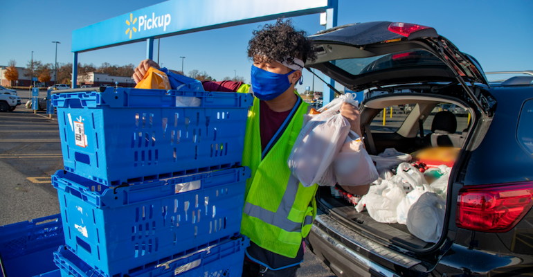 Walmart_curbside_pickup_assoicate-COVID.png