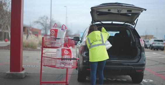 Target_Drive_Up-curbside_pickup_associate.jpg
